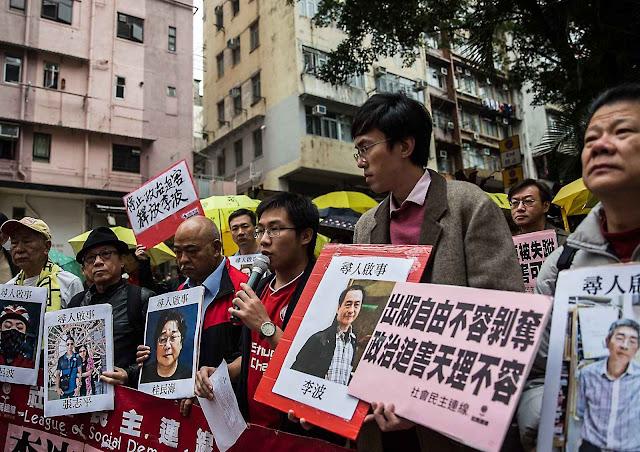 Hong Kong manifestantes pedem a liberdade de 5 livreiros 'desaparecidos' nas mãos da polícia política.