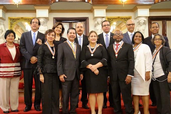VIDEO: Presidente Danilo Medina impone Medalla a la Excelencia Magisterial a cuatro maestros y dos centros educativos