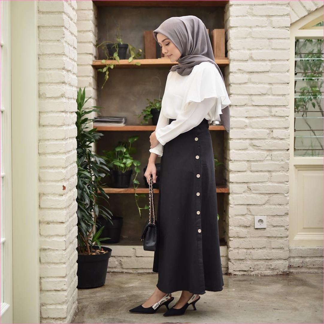 Outfit Rok Untuk Hijabers Ala Selebgram 2018 high heels wedges hitam kerudung segiempat hijab square abu top blouse putih slingbags channel hitam rok A-line skirt ootd trendy