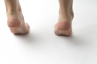 女性の足首