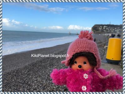 Diana la Monchhichi en visite à Fécamp, normandie, plage, tempête
