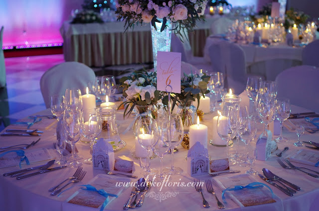 białe dekoracje kwiatowe sali i świece wesele Sulisław