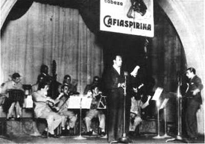Canta Charlo acompañado por la orquesta que dirige Lucio Demare(de pie, a la  derecha).