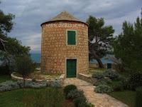 Mlin (vjetrenjača) obitelji Ilić, Sutivan, otok Brač slike
