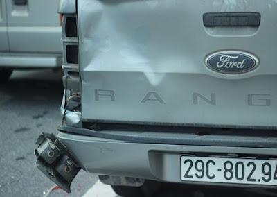 Phần đuôi của chiếc ô tô bị hư hỏng
