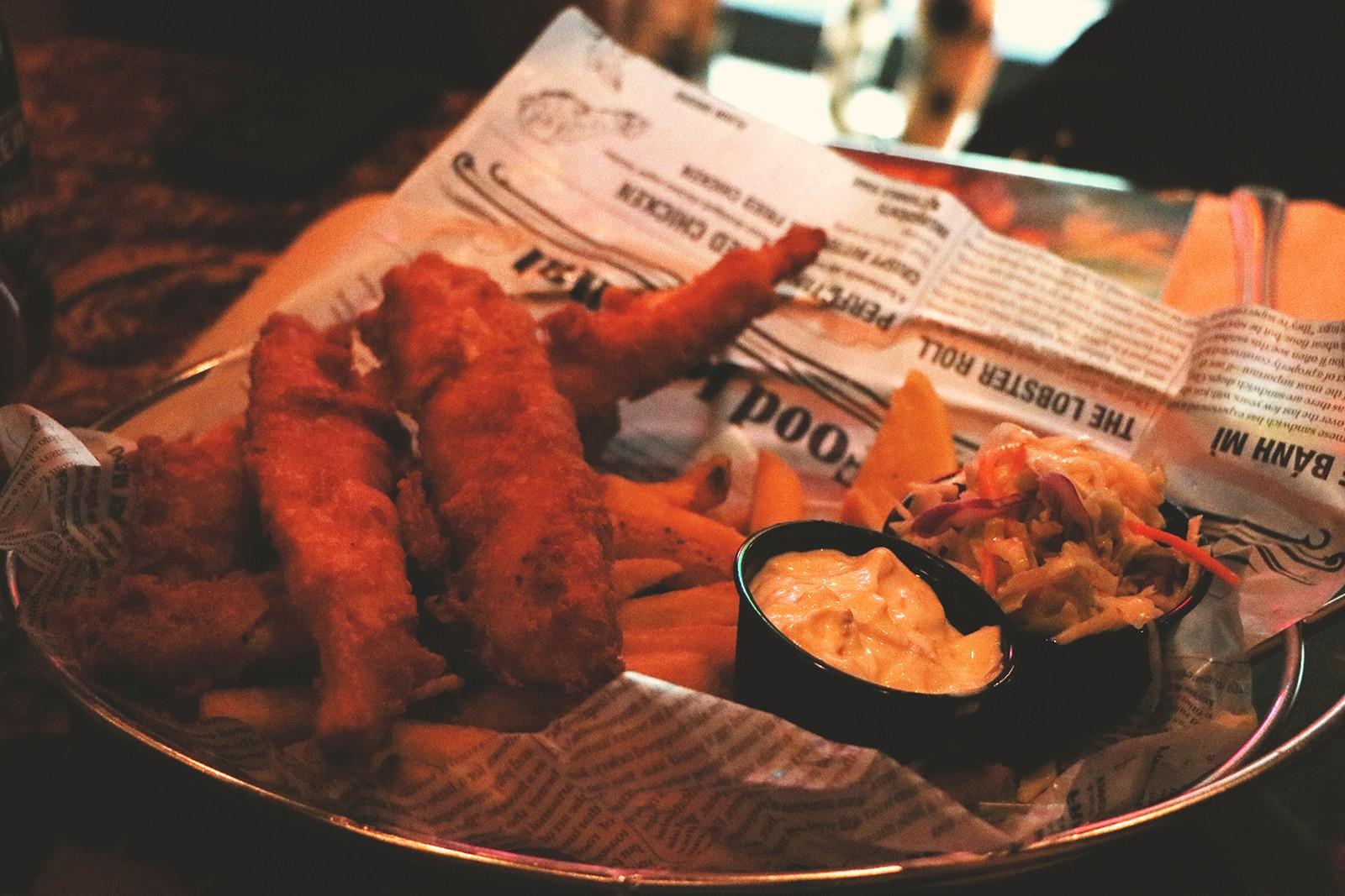prato peixe e batatas fritas
