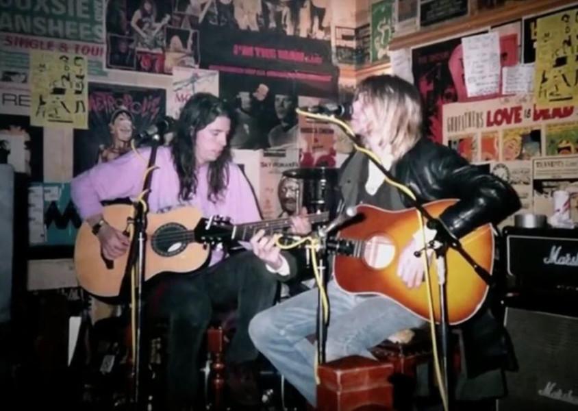 Dave Grohl und Kurt Cobain spielen einen Gig in einem Pub in Edinburgh - Das Foto ist von Mary Boon