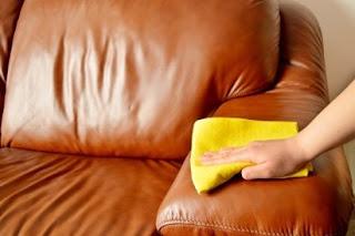 membersihkan furnitur