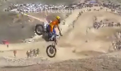 Motociclista Cae en Carrera y es Atropellado por sus Cempañeros