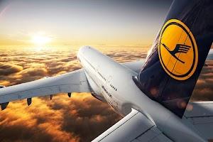 Em pleno voo, passageiro tenta abrir porta de avião para fumar