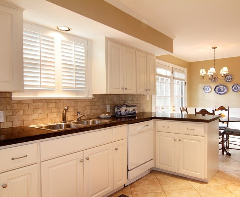 Tile Backsplash with Granite Countertops on Kitchen Backsplash With Black Granite Countertops  id=45563
