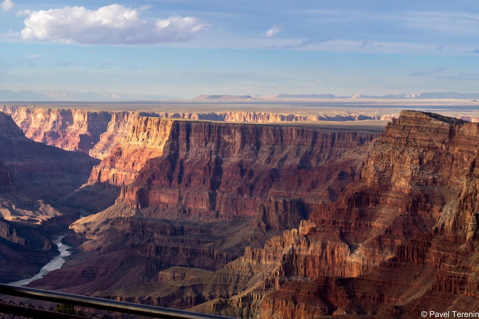 Desert View - уникальная смотровая площадка. По одну сторону Каньона здесь находится лес, а по другую на 500 км на Восток растянулась ровная пустыня.