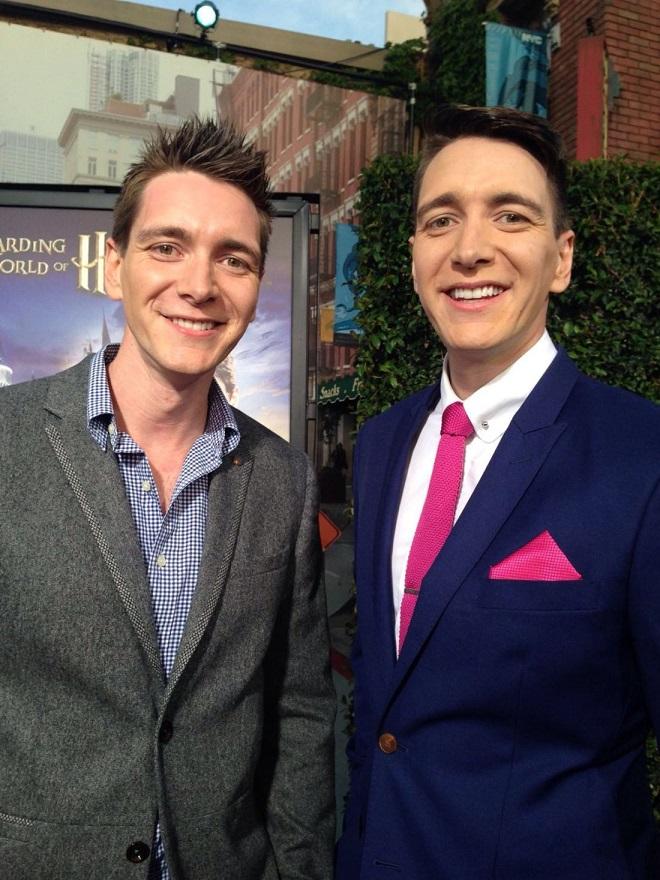 Irmãos Phelps (gêmeos Weasley) posando para foto.