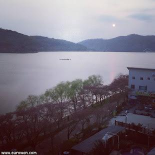 Puesta de sol en el lago Bomunho de Gyeongju