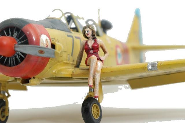 Maquette du T-6 d'Italeri  et pin-up au 1/48