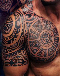 Tatuajes en pectorales maories