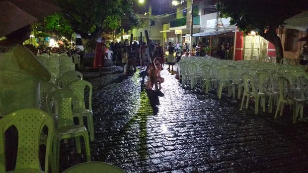 Sob chuva, grupo teatral Epífania encena a Paixão de Cristo em Santa Cruz do Capibaribe