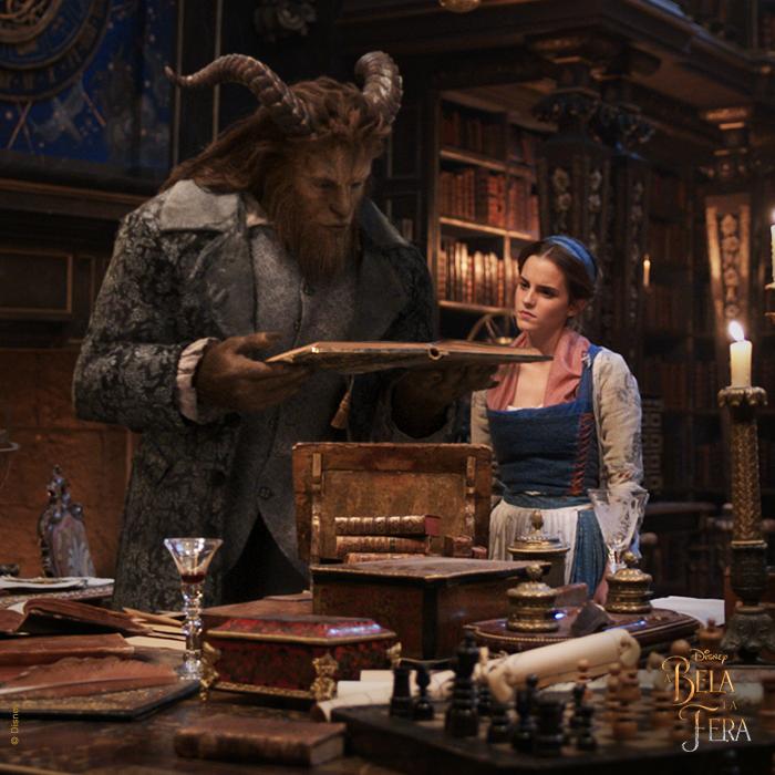 Filme A Bela e a Fera: Bela e Fera lendo livro juntos