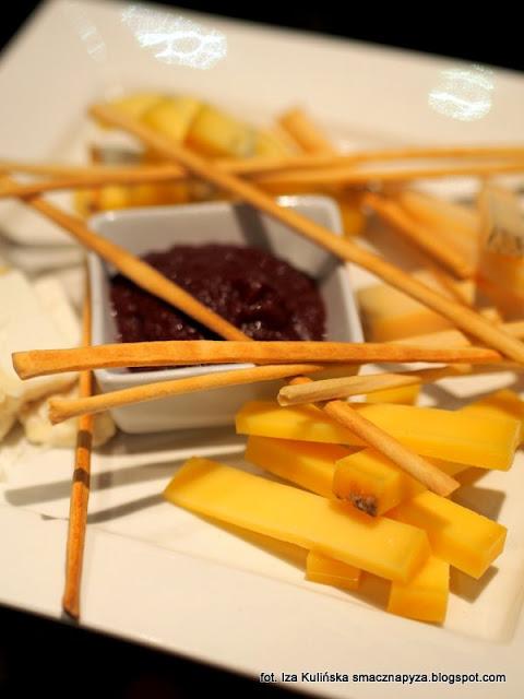 talerz serów krowich i owczych, przekaski, czekadelko, degustacja win i dan, wine bar la vinotheque, zaproszenie na kolacje, blogerzy na kolacji, smaczna pyza w la vinotheque