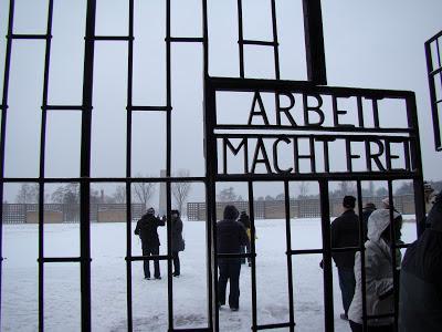 """Portão do Campo de concentração de Sachsenhausen. A inscrição no portão significa """"O Trabalho Liberta""""."""
