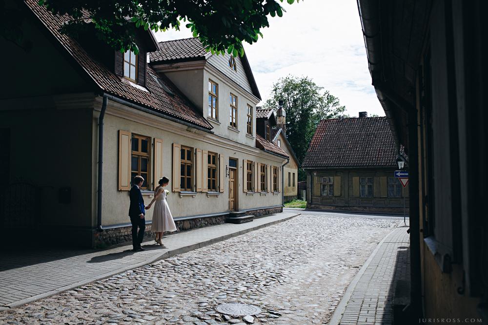 Kuldīgas ielas pastaiga ēnas bruģis