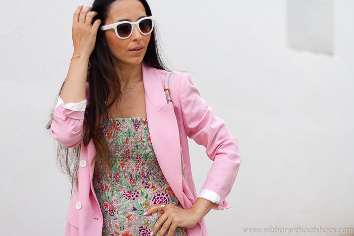 Look Urban Chic con traje chaqueta blazer cruzada rosa mono pantalon ancho flores de Zara BLog de moda tendencias belleza estilo de Valencia