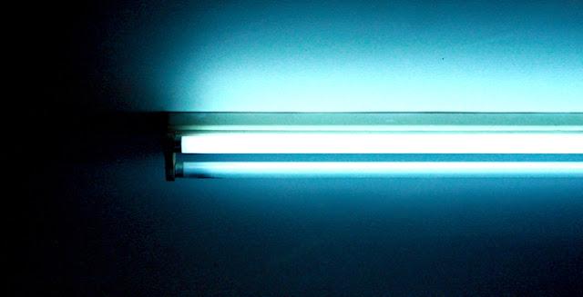 Phim dán đạt yêu cầu phải đảm bảo độ trong khi nhìn qua kính lái, hình ảnh đảm bảo độ chân thực, mọi lỗi bọt khí khi dán sẽ làm xuất hiện các ảo ảnh trên mặt kính. Ta có thể thấy mép đèn neon luôn thẳng và sắc nét, đây là cách kiểm tra chất lượng dán phim đơn giản nhất.
