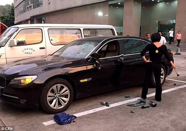 Destruye el BMW de su esposo con un martillo tras descubrir su infidelidad