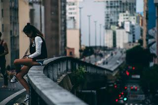 La fille assise sur le pont
