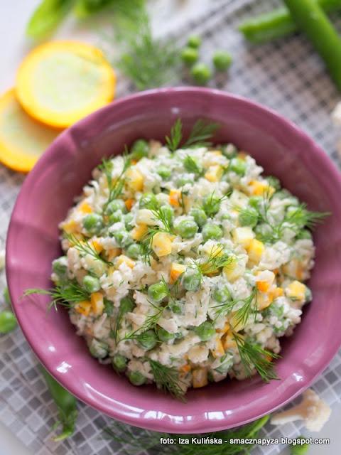 surowka z kalafiora, zielony groszek, dodatek do obiadu, surowy kalafior, warzywa, tarty kalafior, suroweczka, talerz pelen witamin