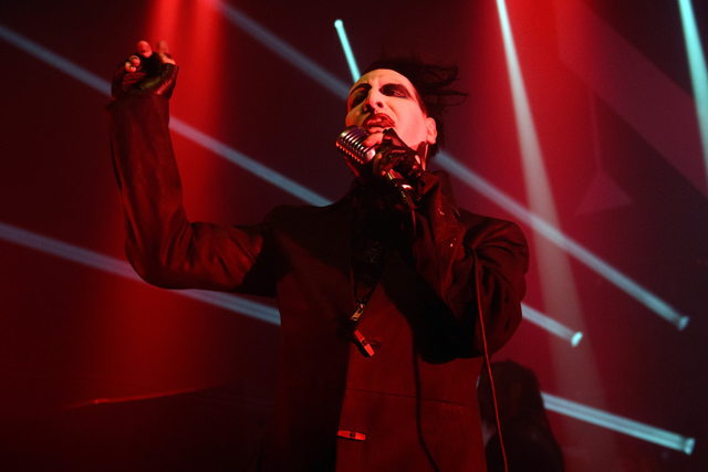Video: Marilyn Manson se desploma en pleno concierto