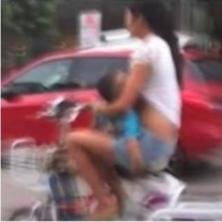 Menyusui sambil mengendarai sepeda