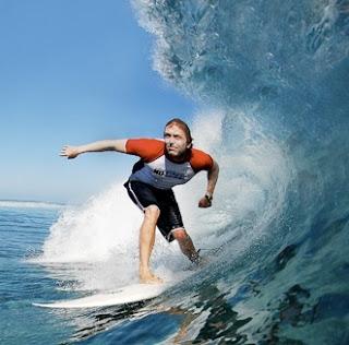 Foto de un surfista disfrutando de las olas