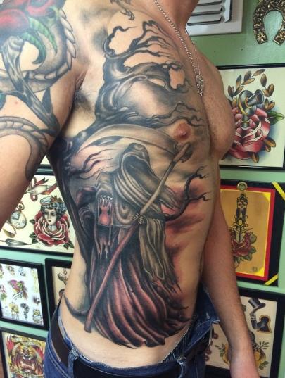 Tato Pria Keren di dada gambar kepala monster Terbaru