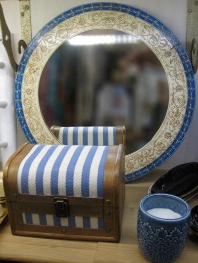 Espejo redondo de pared, caja cofre rayas, portavelas, en azul.