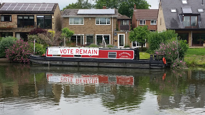 "Houseboat with ""Please Vote Remain"" banner"