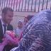 شاب يتقدم لطلب يد طالبة بالأزهر أمام الجامعة لكن رد فعل الطالبة صادم