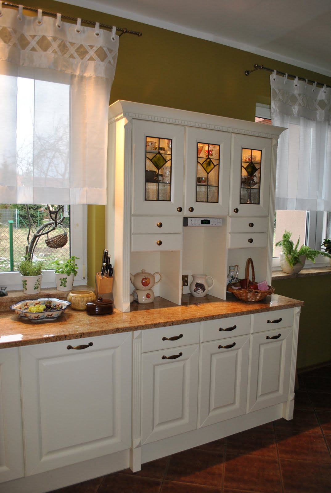 English country style kitchens the interior decorating rooms - Country style kitchen cabinets ...