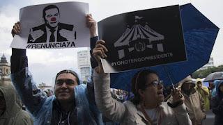 Manifestantes piden la renuncia de Morales en Guatemala. En vídeo, las declaraciones de Morales.