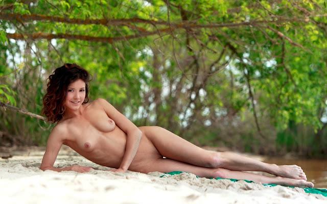 Загорелая, молоденькая, голая, девушка, тело, грудь, ножки, поза, лежит, песок, берег, речка, деревья, природа