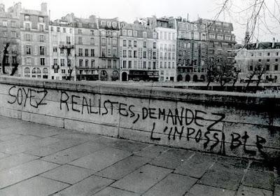 Pintada en un puente sobre el Sena. Sed realistas, pedid lo imposible.