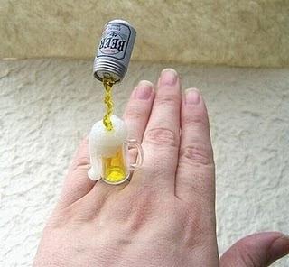 Diseño de anillo muy creativo e inusual en forma de cerveza