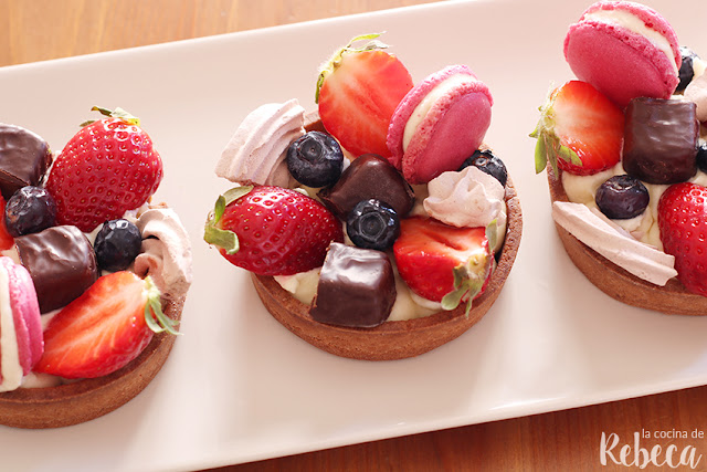 Tartaletas decoradas con frutas y dulces