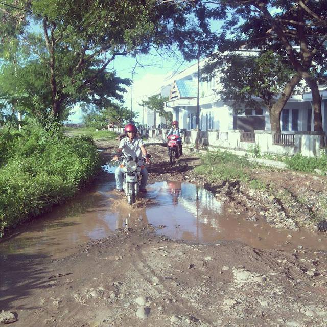 FOTO: Jalan Menuju Kantor BNN Palopo Seperti Sawah