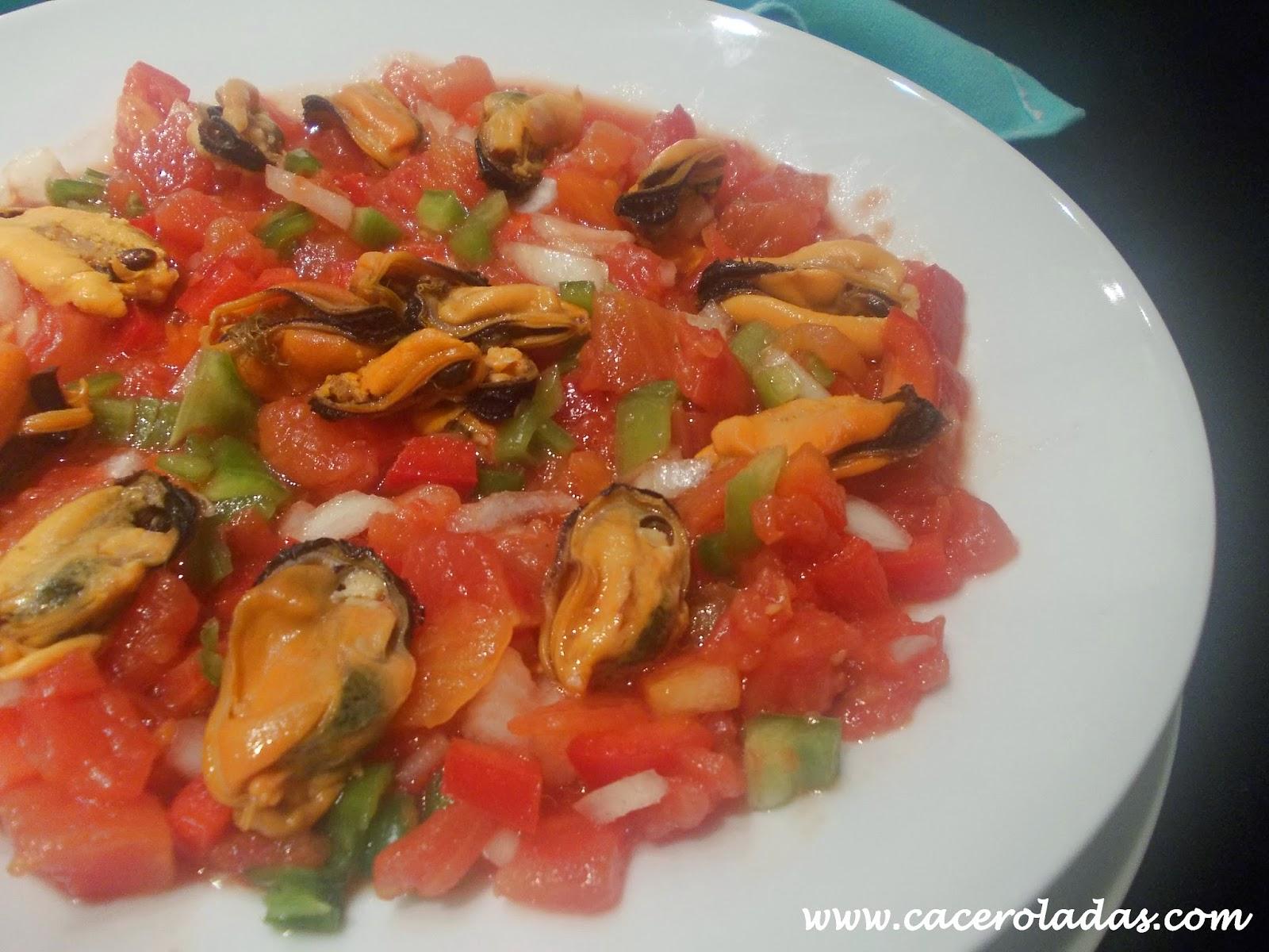 Ensalada de tomates y mejillones frescos