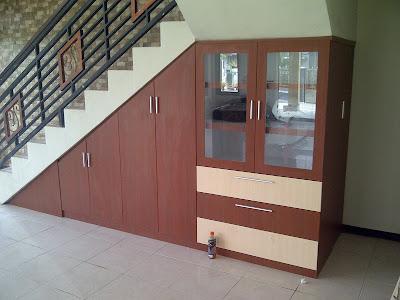 memanfaatkan ruang kosong di bawah tangga rumah