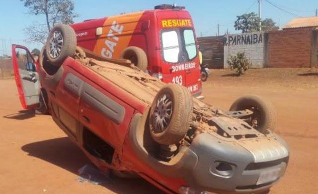 Carro capota carro durante ultrapassagem em Rolim de Moura