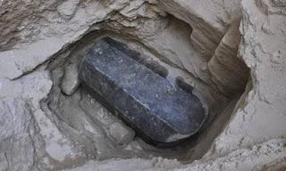 aigyptos-mystirio-me-sfragismeni-granitenia-sarkofago-2-000-eton-giati-fovoyntai-na-tin-anoiksoun