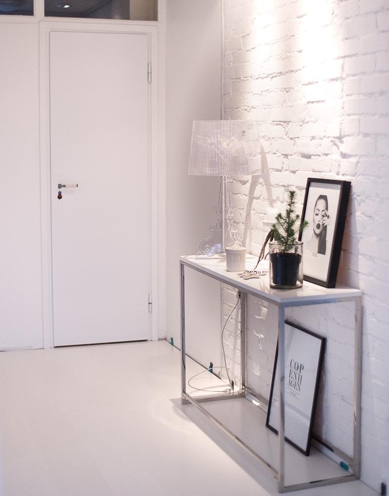 Home 2 Tiny: Vita golv i hallen