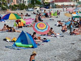 pixabay.com/en/beach-swim-holiday-sea-bathers-186415